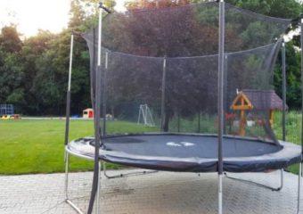 Loc de joaca cu trambulina